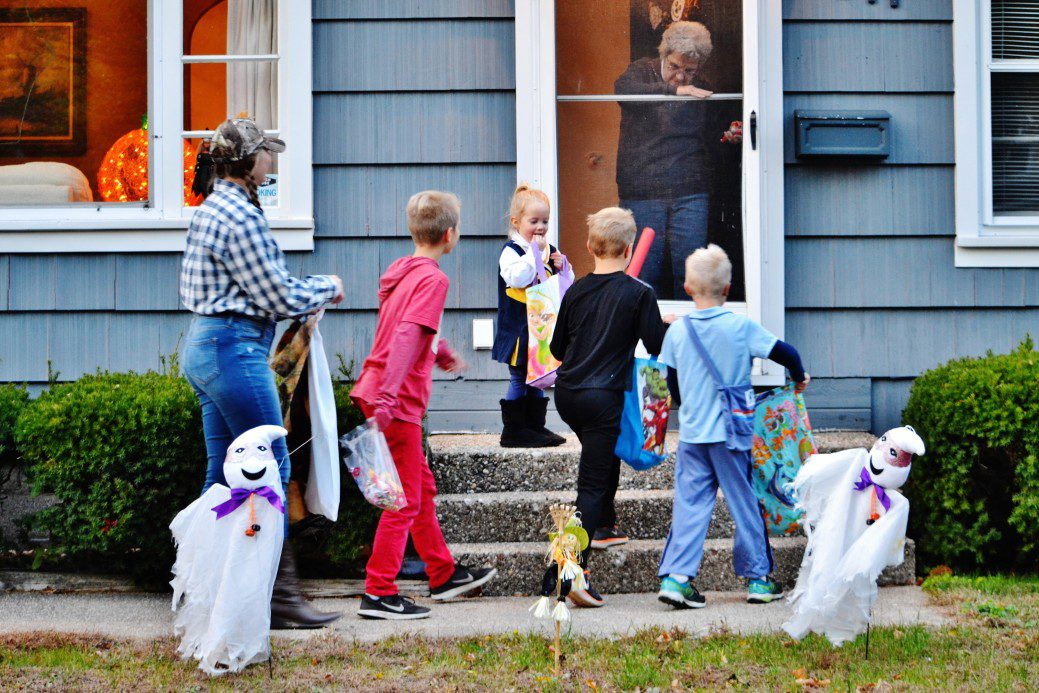 limit the amount of people in your household to safely trick-or-treat in RI